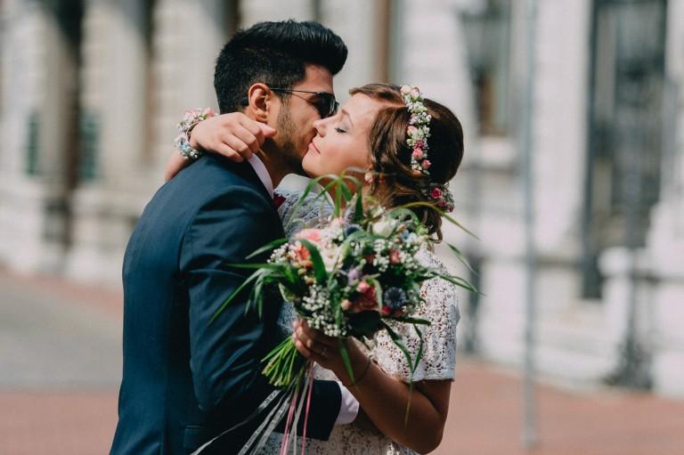Die Braut und der Bräutigam umarmen und begrüßen sich.