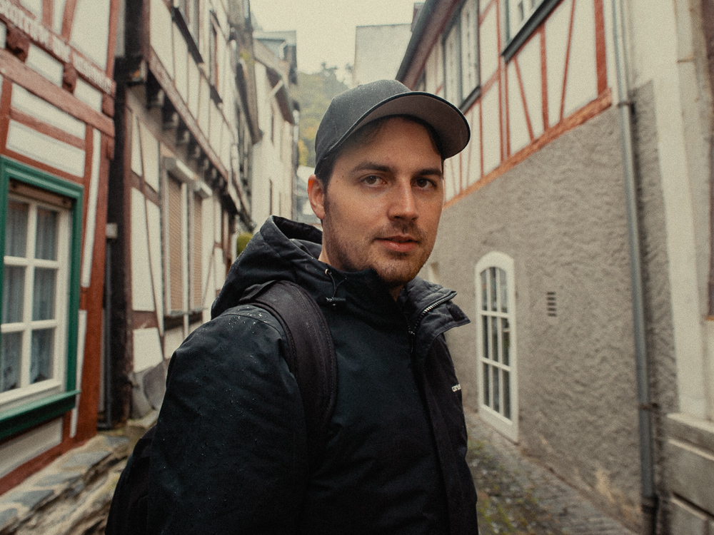 Dariusz mit Winterjacke und Cap.